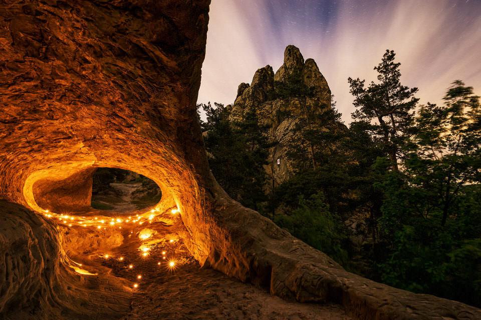 Teelichter in einer Felshöhle