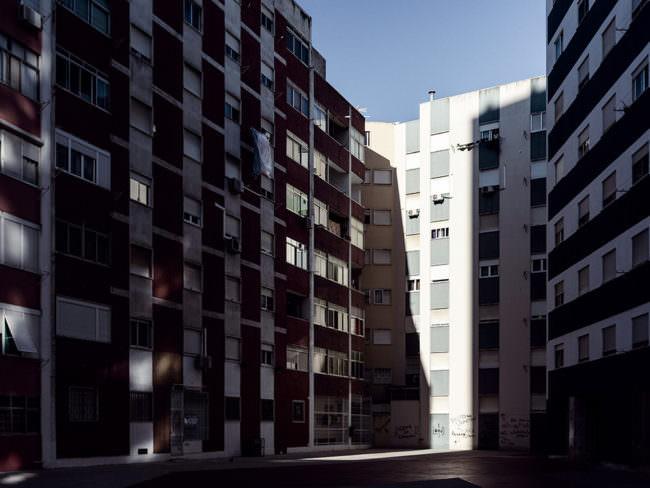 Hochhäuser, die teilweise im Schatten und in der Sonne liegen
