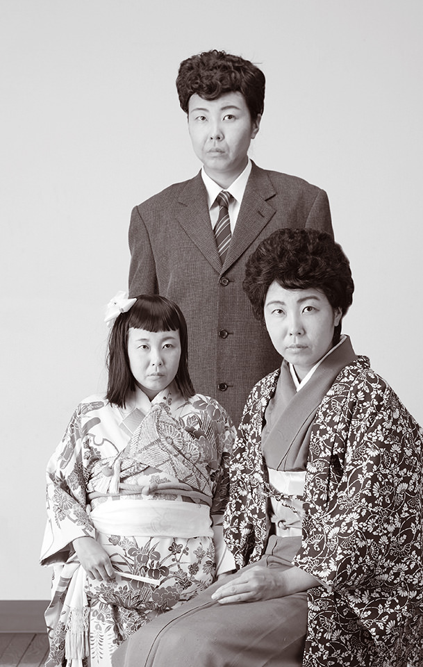 Farbloses Familienbild, auf dem alle Menschen denselben Kopf haben.