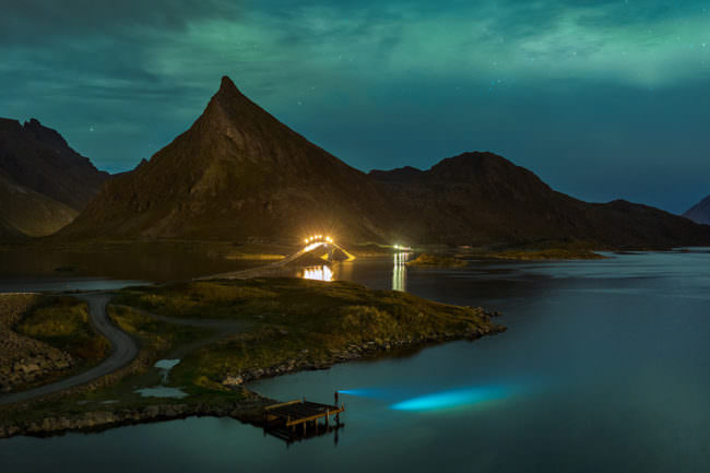 Nächtliche Landschaft am Wasser