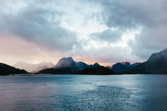Gewässer mit Bergen im Hintergrund