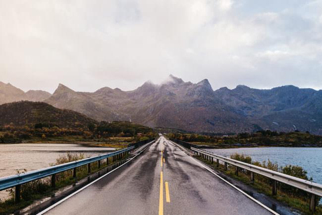 Eine Straße vor einer Bergkette