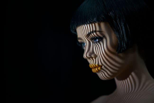 Eine Frau mit Lichtstreifen im Gesicht