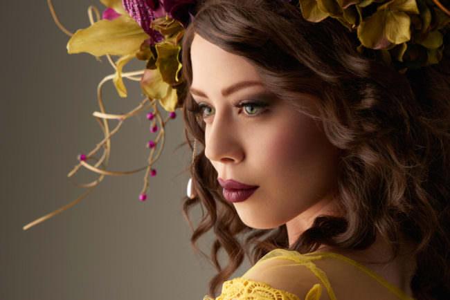 Frau mit Blumenschmuck im Haar