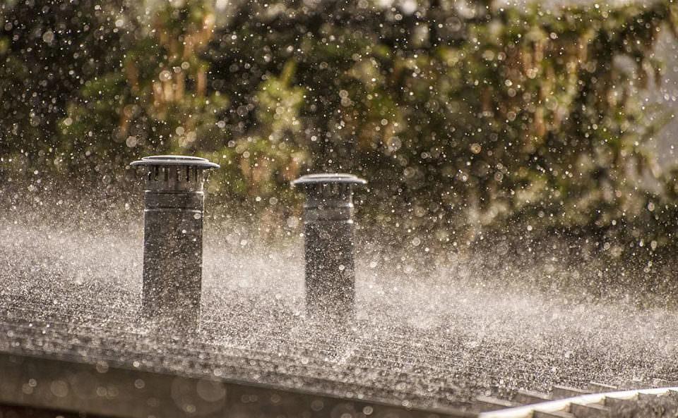 Regen fällt auf ein Dach
