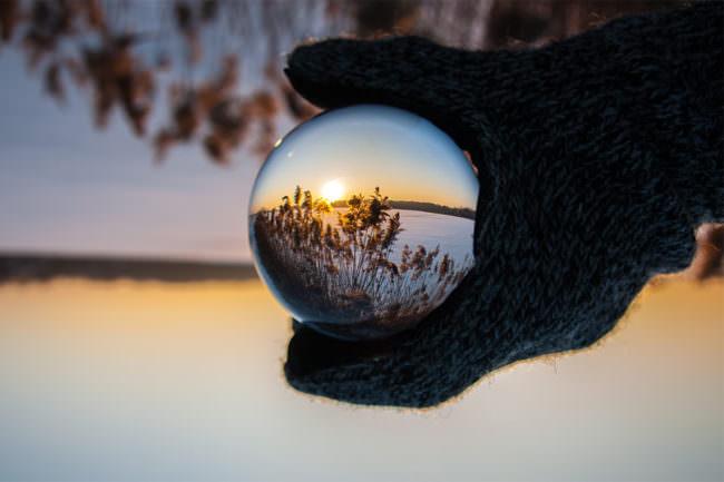 Landschaftsaufnahme spiegelt sich in einem Prisma