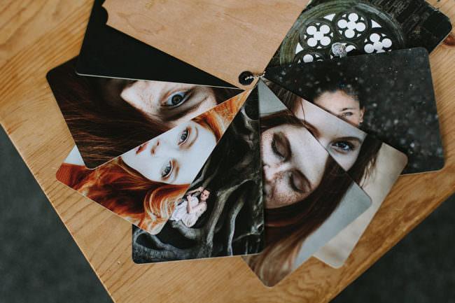 Fotos liegen auf Holz