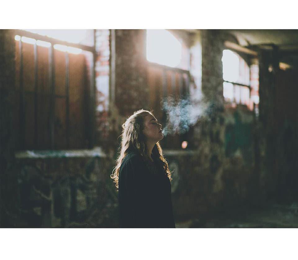 Eine Frau mit Rauch