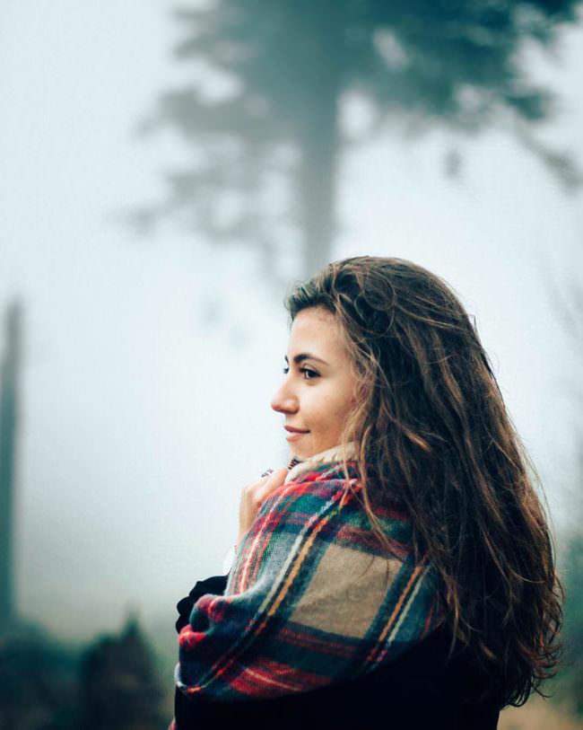 Eine Frau mit Poncho im Nebel