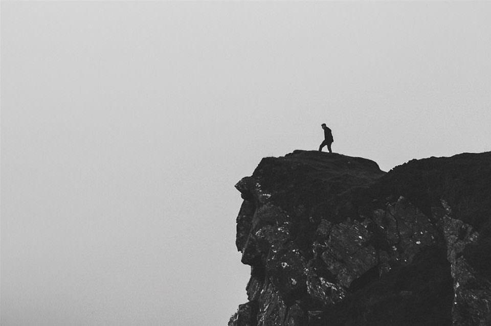 Ein Mensch auf einer Klippe