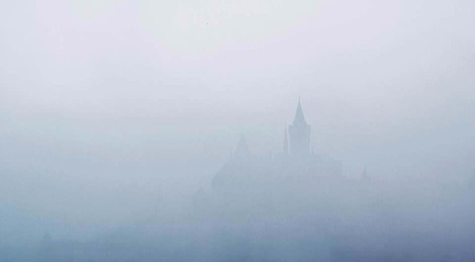 Eine Burg im Nebel