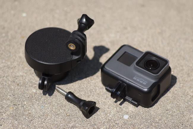 Eine GoPro, die neben einem Stabilisator liegt.