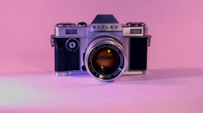 Eine Analogkamera in pinkem Licht.