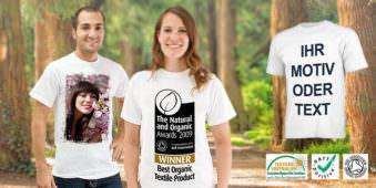 Ein junger Mann und eine junge Frau vor Naturhintergrund mit bedruckten T-Shirts