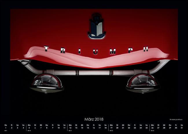 Kalenderseite mit einem Detail eines roten Autos