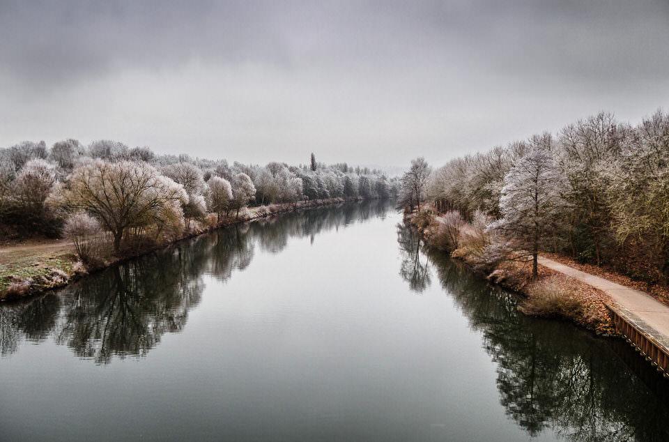 Eine Flusslandschaft im Winter