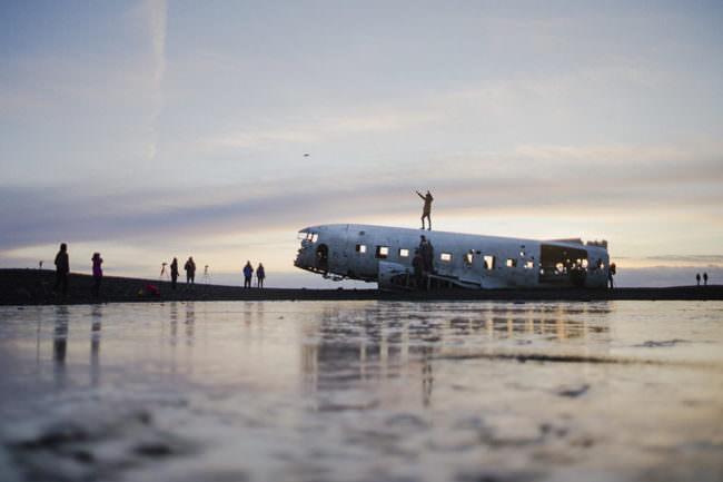 Flugzeugwrack am Strand