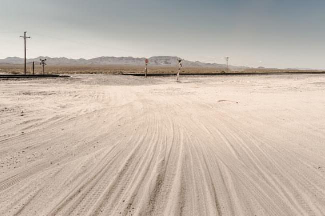 Reifenspuren im Sand
