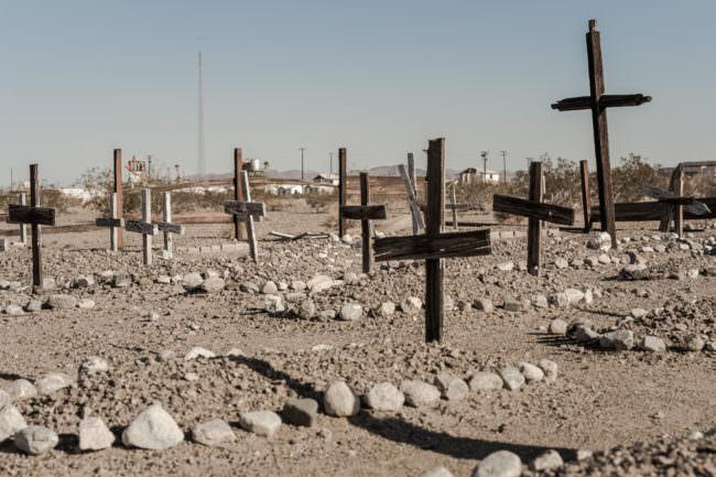 Friedhof mit Holzkreuzen