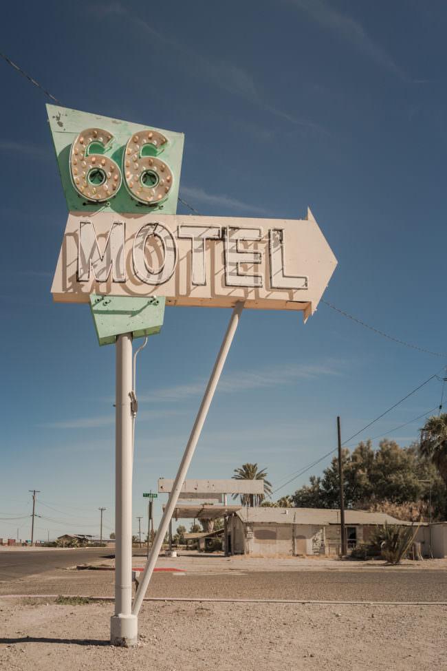 Ein Motel-Schild an einer Straße