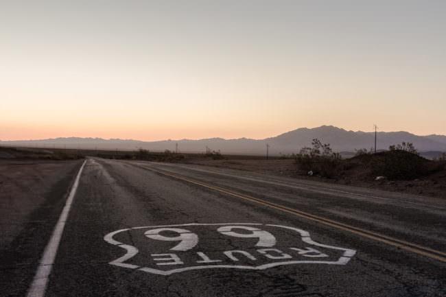 Route-66-Schild auf der Straße aufgemalt