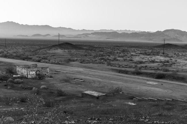 Eine alte Straße auf einer flachen Landschaft