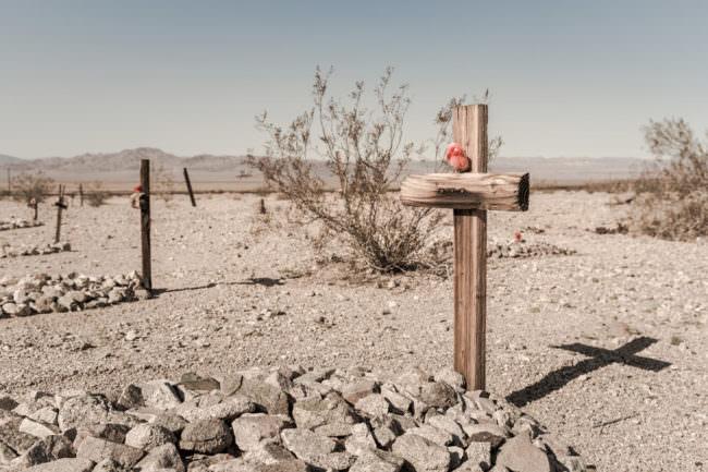 Ein altes Holzkreuz in der Wüste