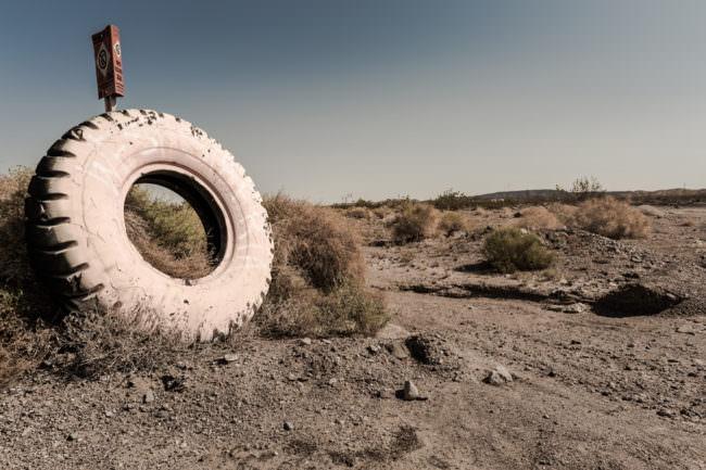 Ein Autoreifen in der Wüste