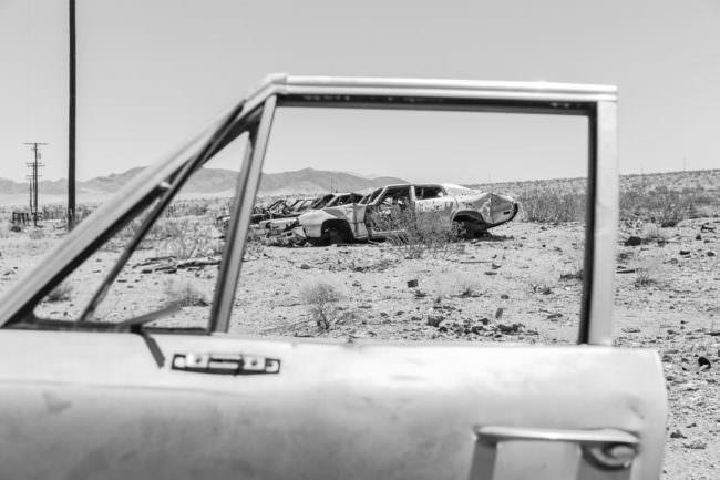 Ein Autowrack durch ein altes Autofenster