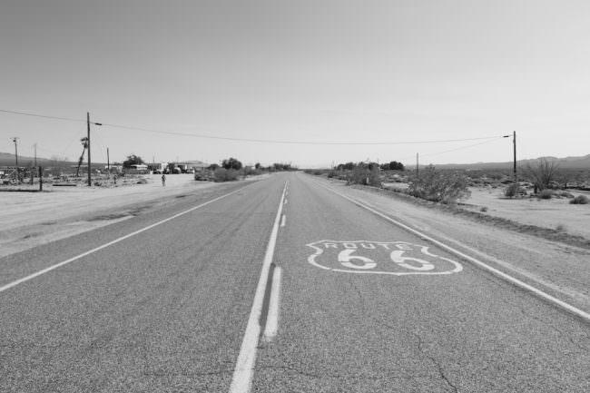 Eine Straße mit Route66-Zeichen