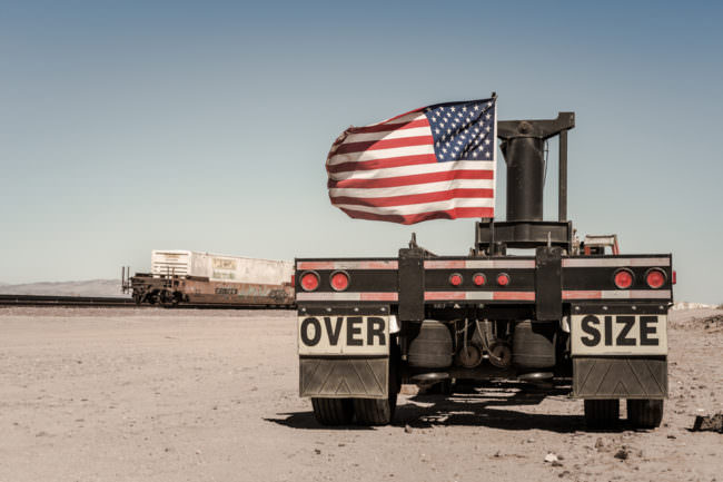 USA-Flagge auf einem alten Anhänger
