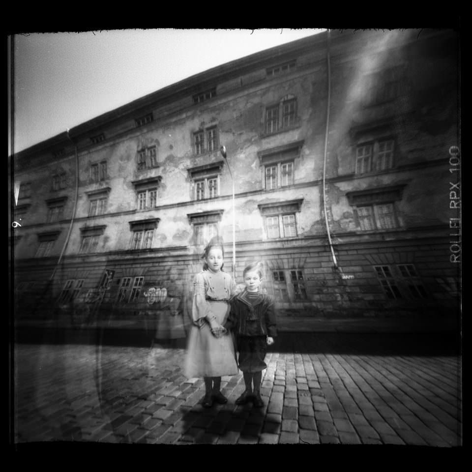 Geisterkinder auf einer Straße