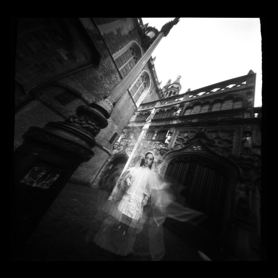 Geisterkind vor einer Kirche