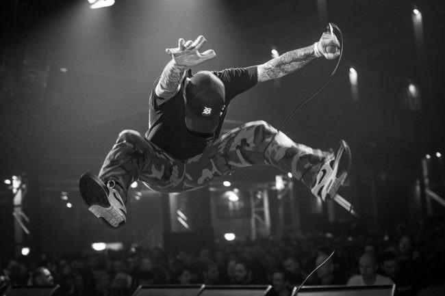 Ein Mann springt auf der Bühne