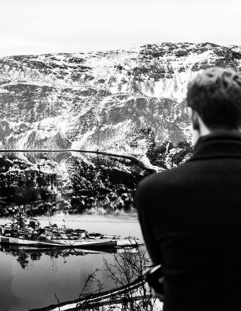 Ein Mann betrachtet eine Landschaft