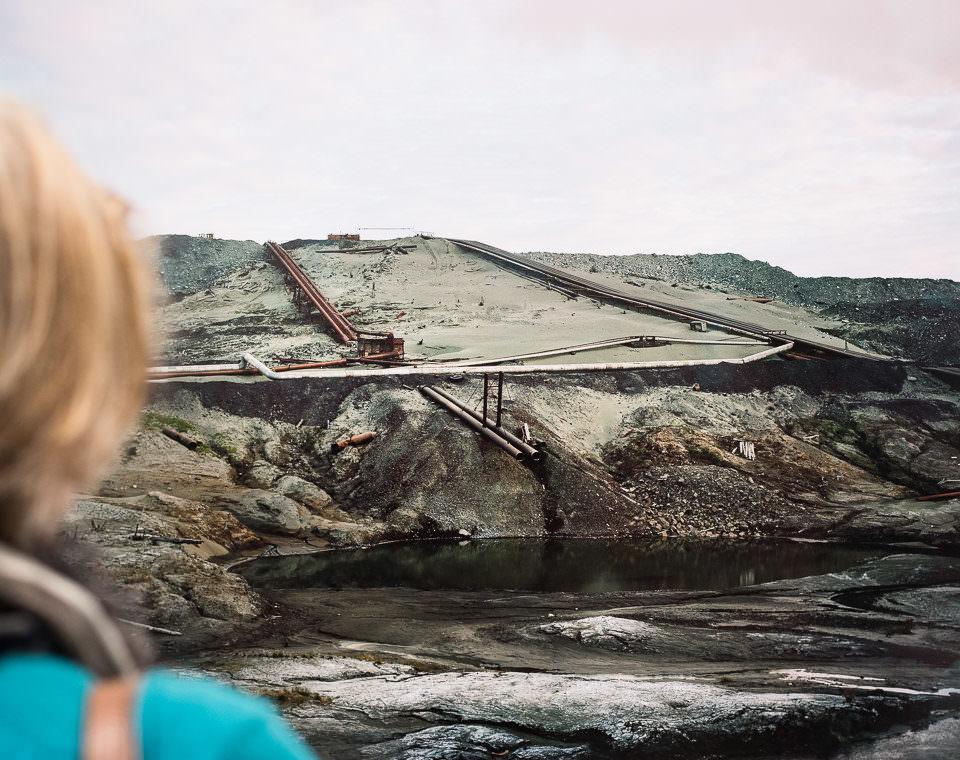 Eine Frau vor einer Landschaft