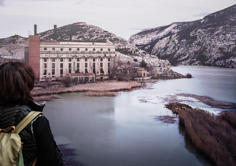 Eine Person betrachtet einen Fluss