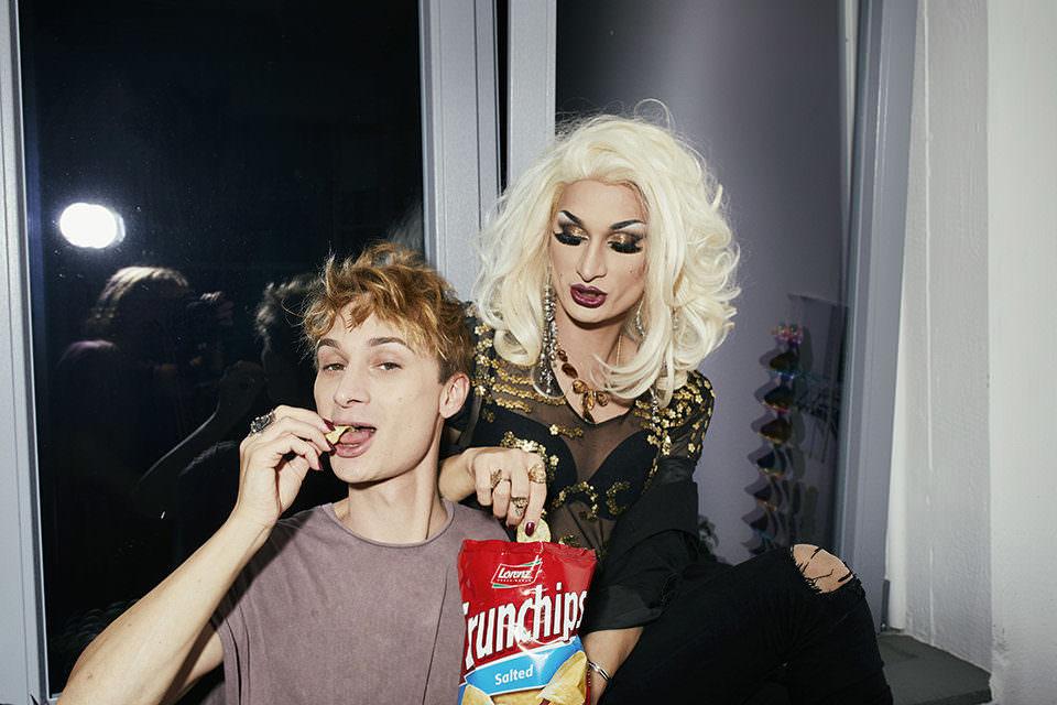 Zwei Menschen Essen Chips