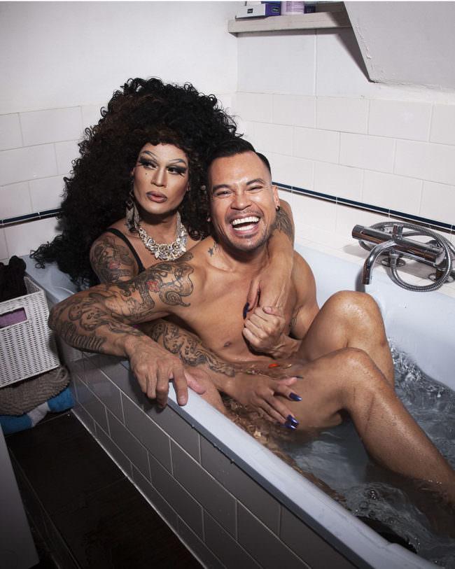 Zwei Menschen in der Badewanne
