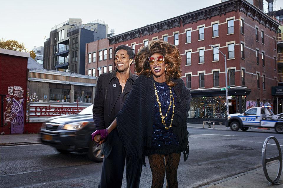 Zwei Menschen auf der Straße