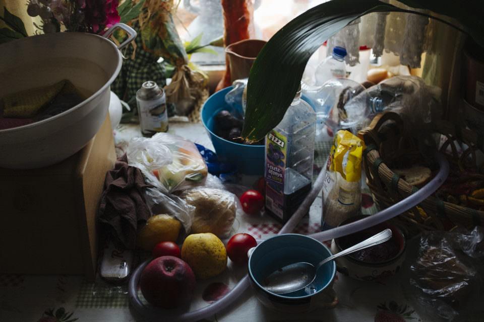 Blick in eine Küchenecke mit Obst, Küchenutensilien und Verpackungsmaterial.