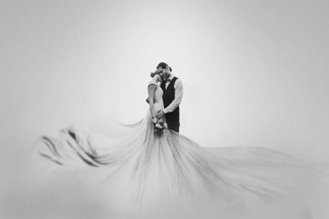 Hochzeitspaar mit weißem, surrealem Hintergrund