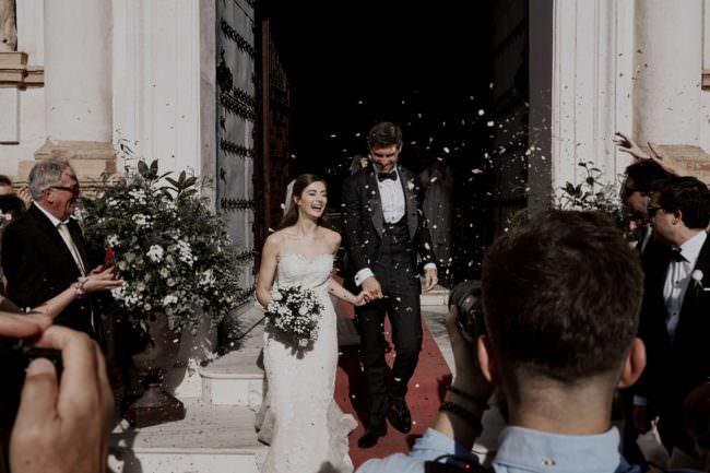Brautpaar tritt aus der Kirche