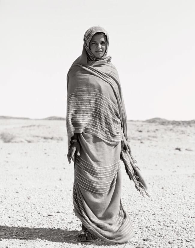 Frau auf einer Ebene