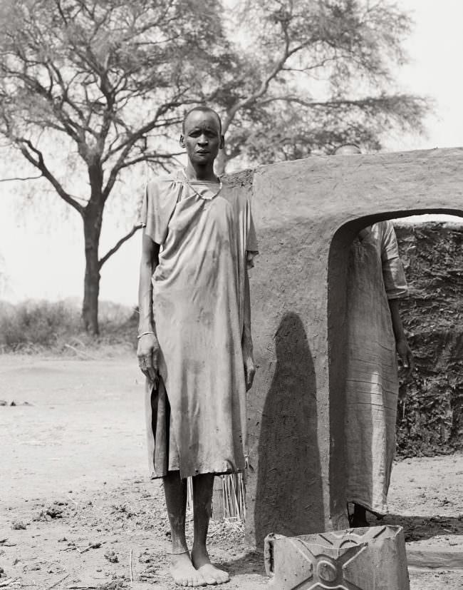 Person vor einer Hütte