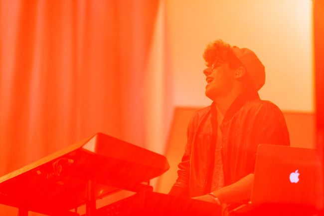 Bild eines singenden Musikers ganz in rot eingefärbt.