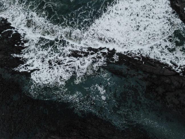 Wellen, die auf Felsen treffen.