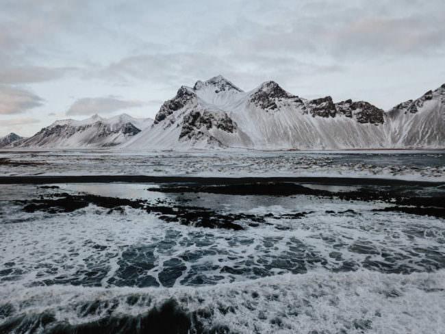 Ein Bergpanorama hinter offenem Meer.
