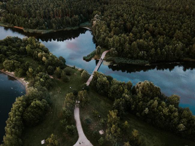 Brücke, die über einen See führt.