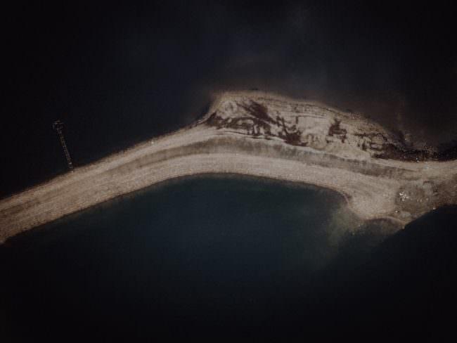 Eine Sandbank im Wasser.